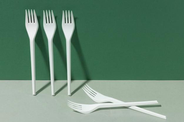 Espaço de cópia de garfos de plástico branco