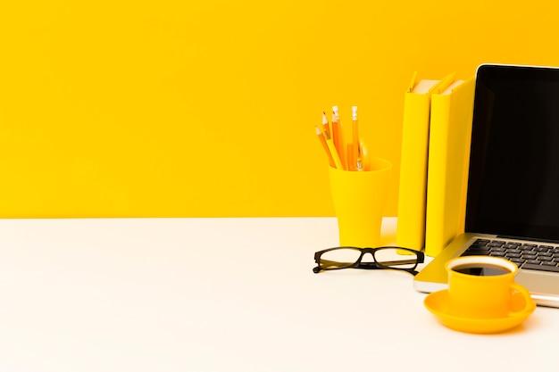 Espaço de cópia de laptop e livros Foto Premium