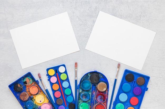 Espaço de cópia em papel de paletas de artistas multicoloridas