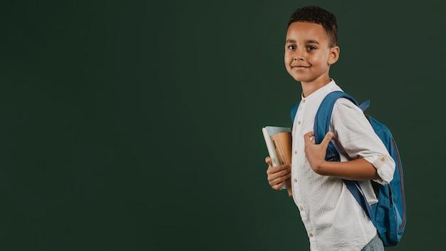 Espaço de cópia lateral do menino da escola