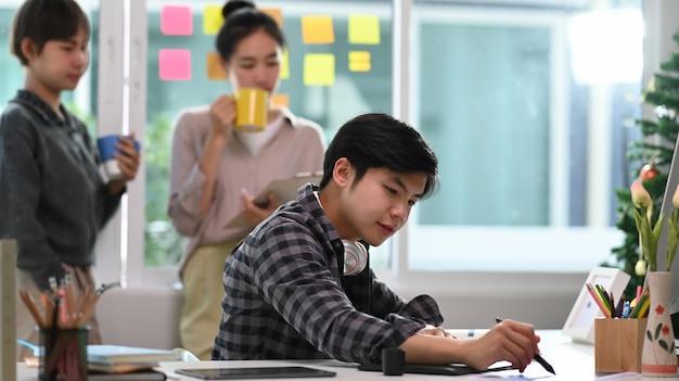 Espaço de coworking com pessoas criativas trabalhando juntas em um escritório moderno.