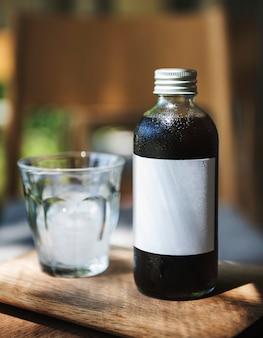 Espaço de design na garrafa de vidro de bebida de café