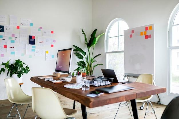 Espaço de escritório moderno e legal