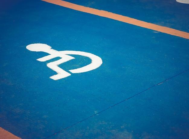 Espaço de estacionamento apenas para pessoas com deficiência.