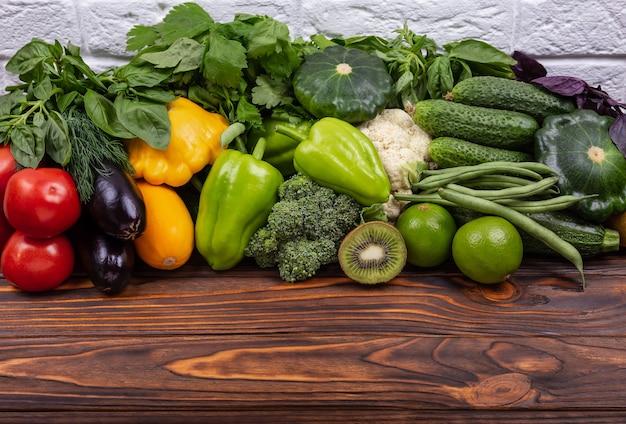 Espaço de fundo saudável de frutas e vegetais coloridos para texto