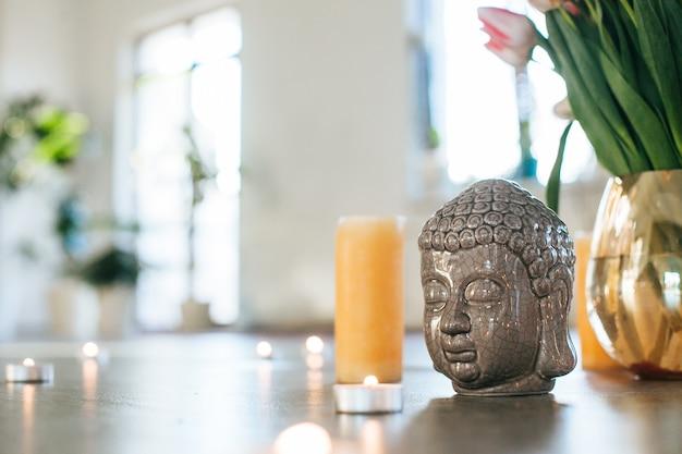 Espaço de ioga atmosférico. meditação com velas em estilo