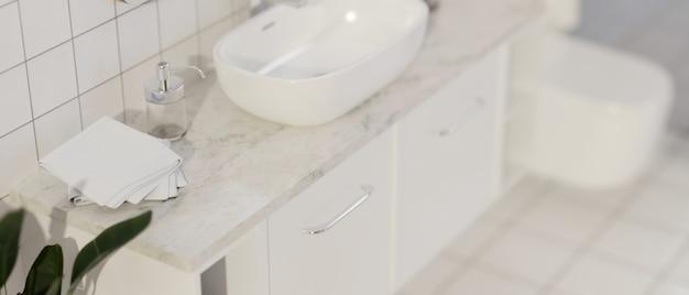 Espaço de maquete de banheiro moderno para montagem em bancada de mármore com pia de cerâmica. renderização 3d