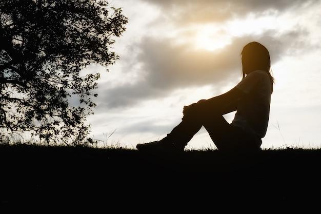Espaço de problema de estilo de vida lindo sentado infeliz