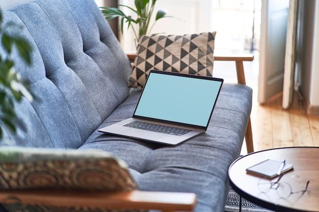 Espaço de trabalho aconchegante e confortável com laptop para trabalho remoto e educação on-line.