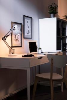 Espaço de trabalho agradável e organizado com lâmpada
