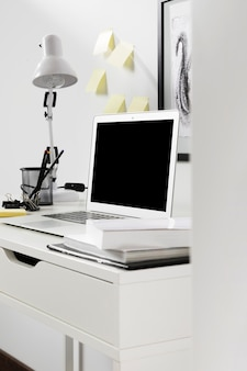 Espaço de trabalho arrumado de close-up com laptop