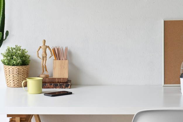 Espaço de trabalho branco e espaço de cópia com material de escritório em casa.