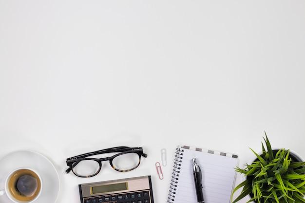 Espaço de trabalho branco moderno da mesa de escritório. vista superior com espaço de texto.