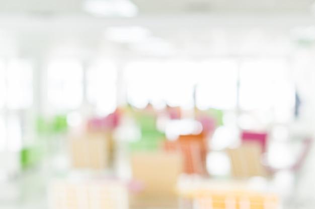 Espaço de trabalho colorido brilhante turva na biblioteca de comunidade de edifício empresarial moderno