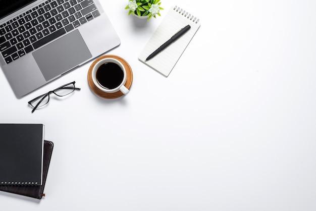 Espaço de trabalho com bloco de notas de caneca de café com teclado em estilo plano. fundo branco. vista do topo.