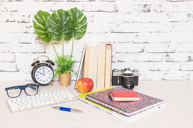 Espaço de trabalho com cadernos de teclado e livros