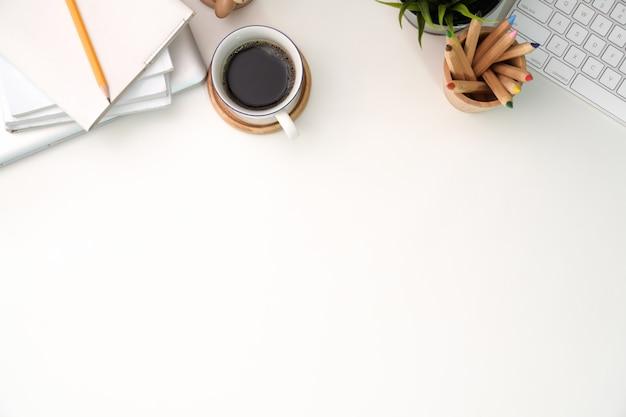 Espaço de trabalho com computador, teclado, café e espaço de cópia