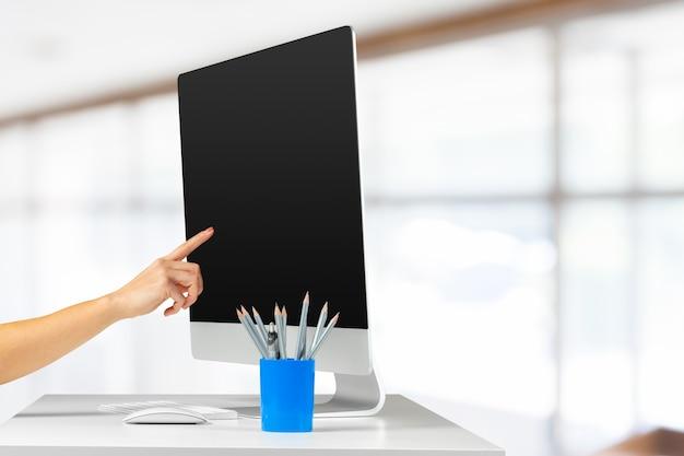 Espaço de trabalho com computador