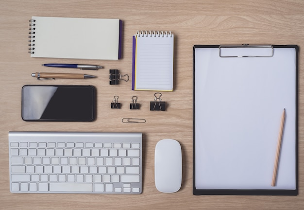 Espaço de trabalho com diário ou notebook e prancheta, computador de mouse