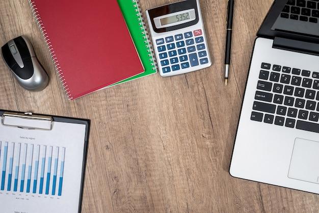 Espaço de trabalho com gráfico, computador e outras ferramentas de trabalho