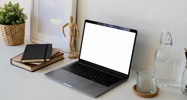 Espaço de trabalho com laptop aberto e material de escritório em casa