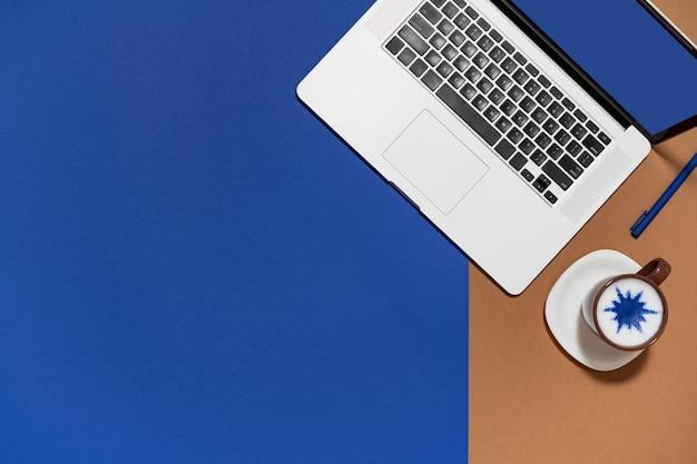 Espaço de trabalho com laptop, café mínimo