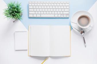 Espaço de trabalho com livro de dia aberto e teclado