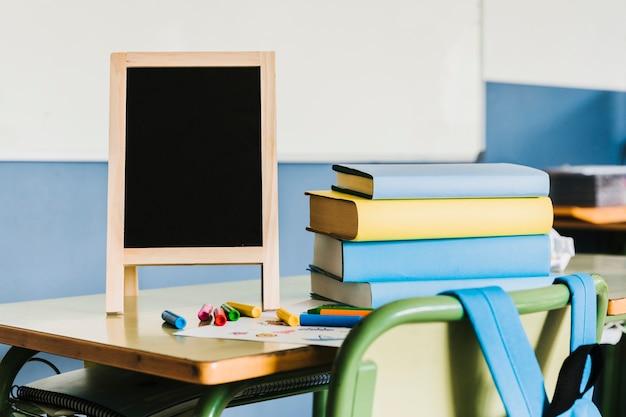 Espaço de trabalho com livros e implementos de arte