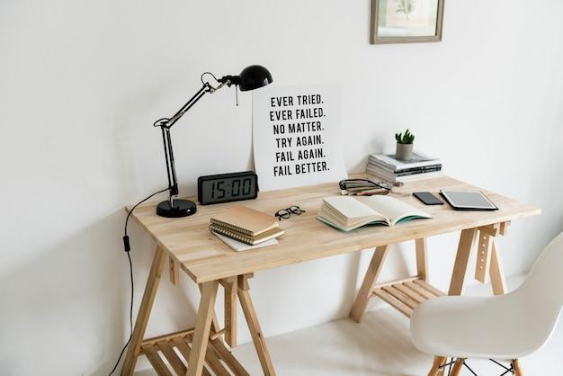Espaço de trabalho com livros e mesa de madeira