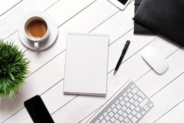 Espaço de trabalho com material de escritório, vista superior