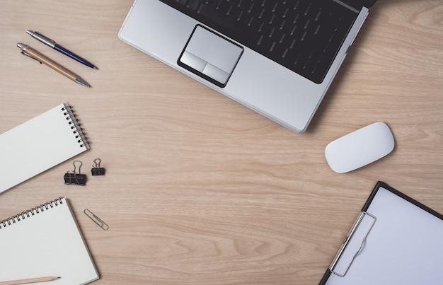 Espaço de trabalho com notebook e laptop