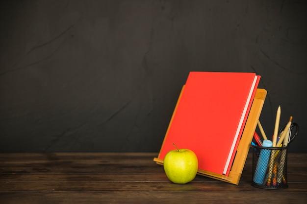 Espaço de trabalho com o livro no livro titular e papelaria
