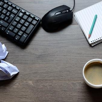 Espaço de trabalho com suprimentos e café