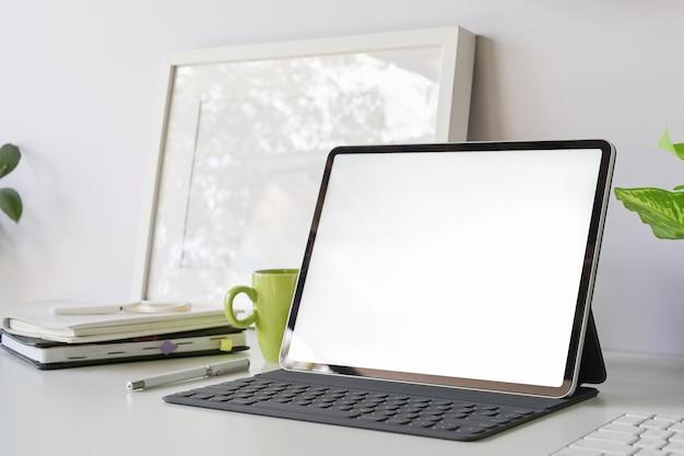 Espaço de trabalho com tablet de tela em branco de maquete