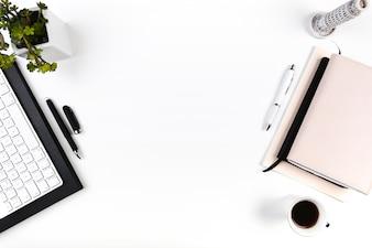 Espaço de trabalho com teclado e agendas