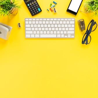 Espaço de trabalho com teclado móvel e estacionário