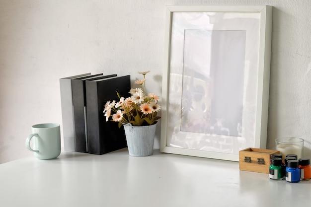 Espaço de trabalho confortável com moldura de cartaz de maquete e espaço de cópia.