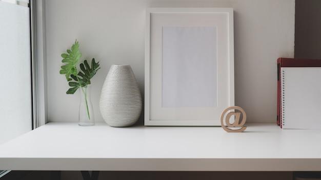 Espaço de trabalho contemporâneo com mock up frame, material de escritório e espaço de cópia