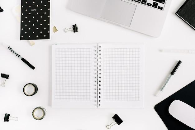 Espaço de trabalho criativo com laptop, copie o caderno de espaço em branco