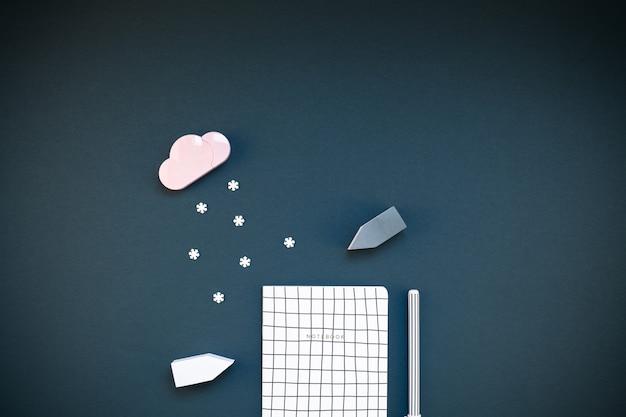 Espaço de trabalho criativo com material de escritório