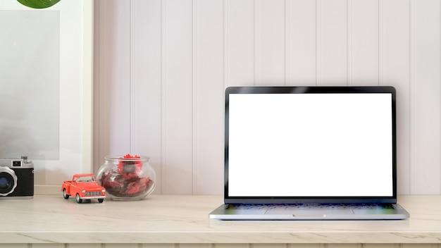 Espaço de trabalho criativo com mock up laptop na mesa