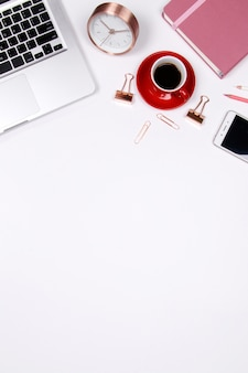 Espaço de trabalho da mesa de escritório domiciliário com caderno e portátil do smartphone no fundo branco. Foto Premium