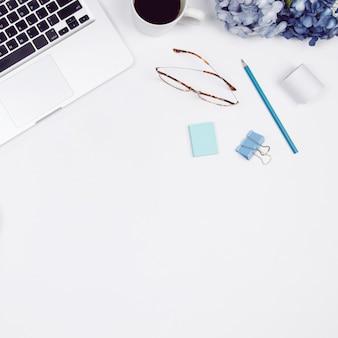 Espaço de trabalho da mesa de escritório domiciliário no fundo branco. conceito de empresa de pequeno porte.