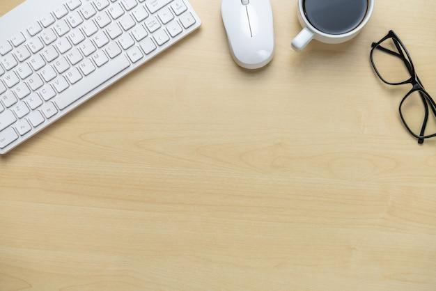 Espaço de trabalho da mesa de escritório e fundo da tabela.