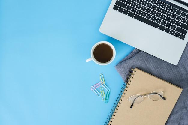 Espaço de trabalho da mesa de escritório - mapeamento de vista plana plana de um espaço de trabalho com laptop