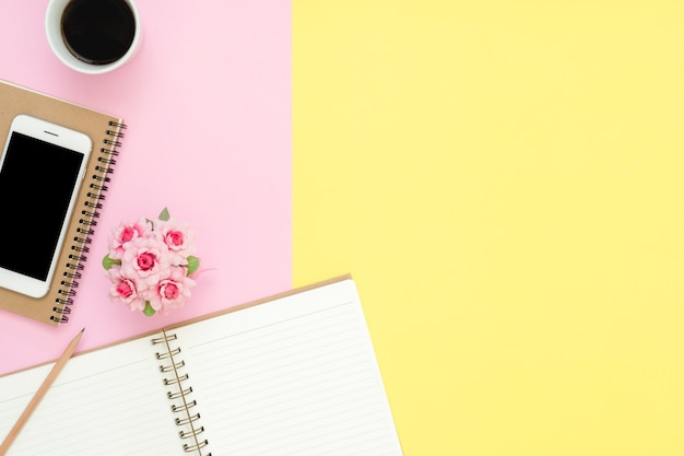 Espaço de trabalho da mesa de escritório - vista plana plana de um espaço de trabalho com a página branca do caderno em branco