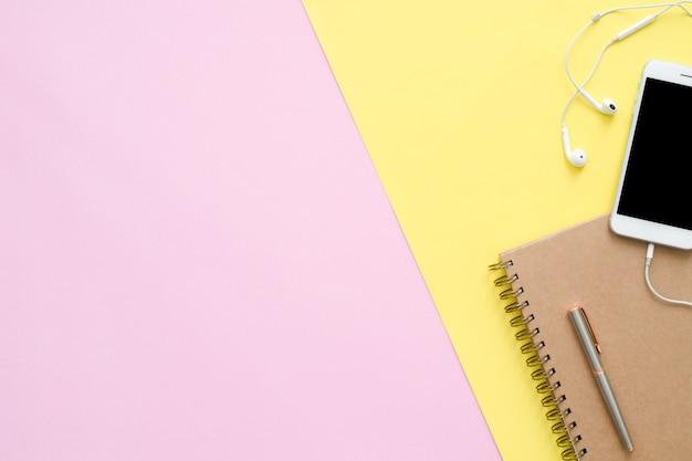 Espaço de trabalho da mesa de escritório - vista plana plana do espaço de trabalho com caderno branco em branco