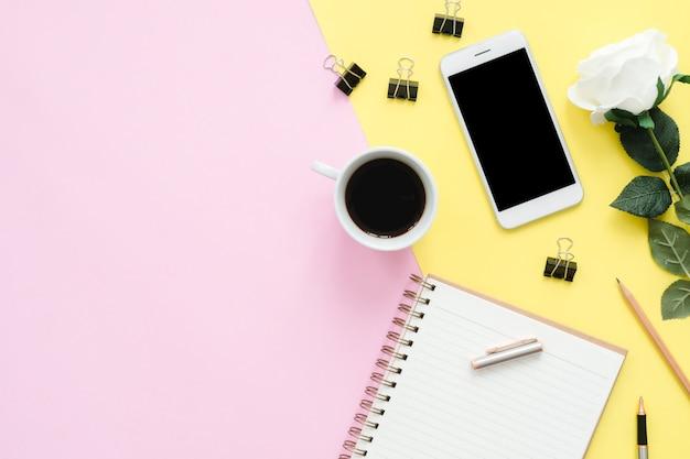 Espaço de trabalho da mesa de escritório - vista plana plana do espaço de trabalho