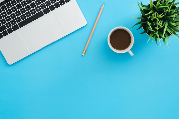 Espaço de trabalho da mesa de escritório - vista plana plana superior espaço de cópia do espaço de trabalho com laptop