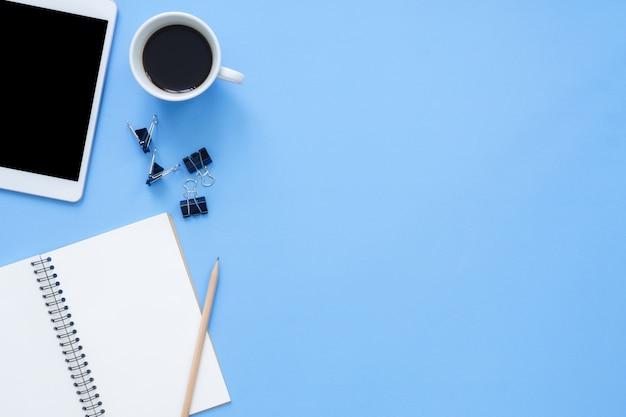 Espaço de trabalho da mesa de escritório - vista planal plana da mockup foto do espaço de trabalho com o tablet